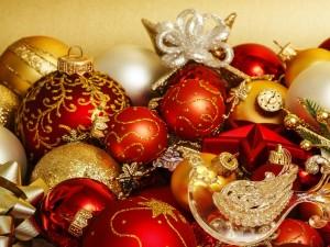 Postal: Bolas rojas y doradas para colgar en el árbol de Navidad