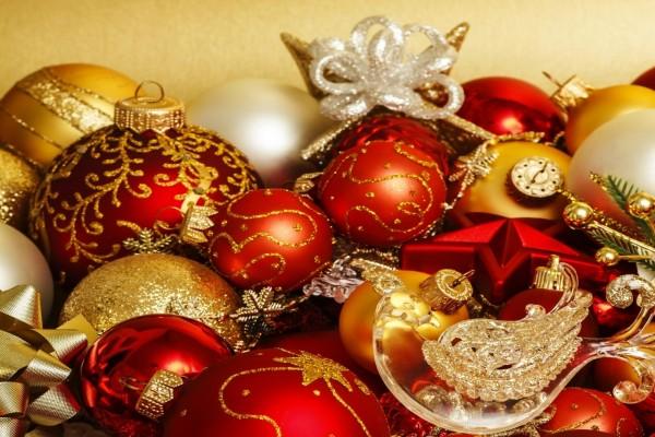 Bolas rojas y doradas para colgar en el árbol de Navidad