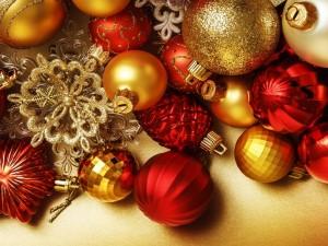 Adornos rojos y dorados para Navidad