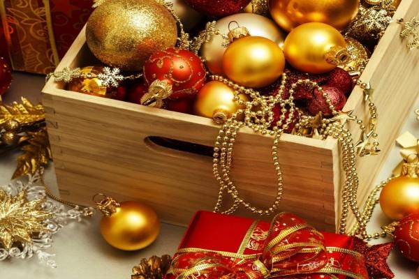 adornos navideos en una caja de madera