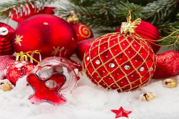 Bonitos adornos de Navidad sobre la nieve