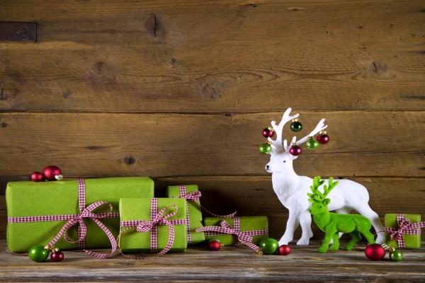 Renos decorativos junto a unos regalos de Navidad