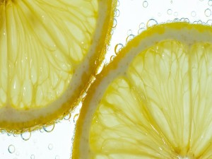 Burbujas y rodajas de limón en el agua