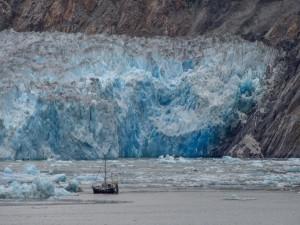 Postal: Embarcación cercana a un  impresionante glaciar
