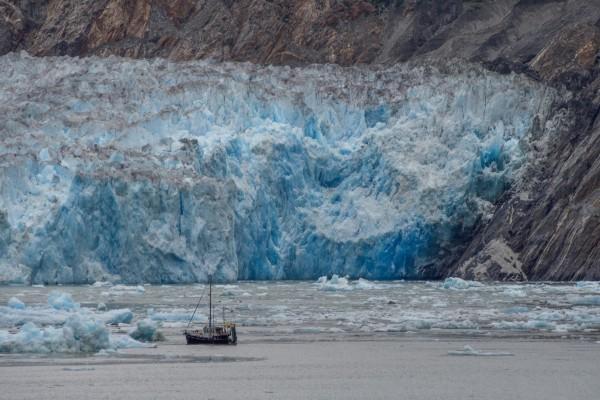 Embarcación cercana a un  impresionante glaciar