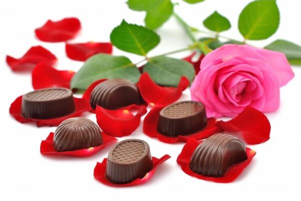 Deliciosos bombones sobre unos pétalos de rosa