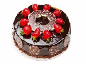 Deliciosa tarta cubierta de chocolate y unas fresas