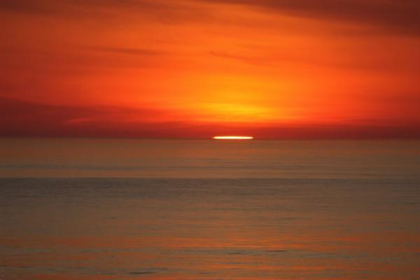 Última visión del sol en el horizonte marino