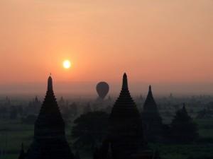 Postal: Un globo sobre Bagan
