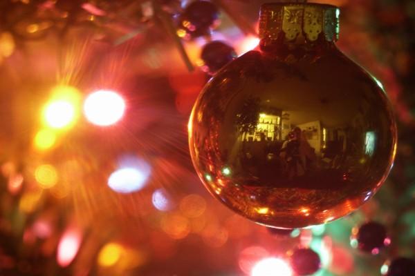 Reflejos en una bola de Navidad