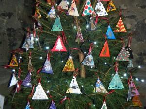 Árbol de Navidad con una decoración hecha en casa