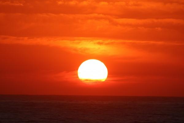 Gran sol sobre el mar al atardecer