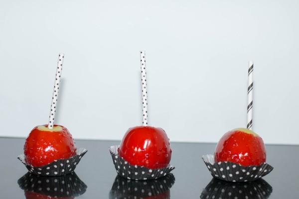Manzanas verdes cubiertas de caramelo rojo