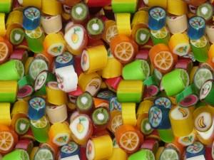 Frutas pintadas en los caramelos
