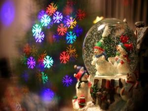 Postal: Adorno navideño con unos simpáticos muñecos de nieve