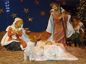 Postal: Figuras en un nacimiento instalado por Navidad