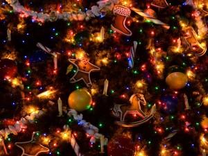 Decoración variada en un abeto de Navidad