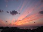 Contemplando el amanecer desde la costa