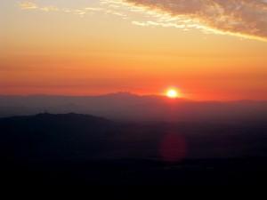 El sol aparece tras las montañas