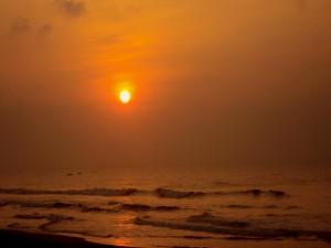 Olas en el mar al caer la tarde