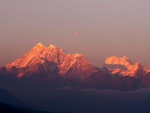 El sol iluminando los picos de las montañas