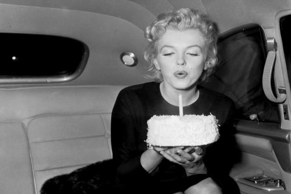 Marilyn Monroe soplando una vela por su cumpleaños