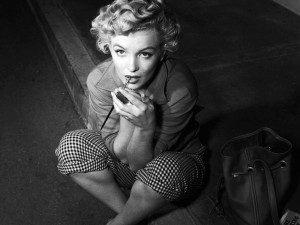 Postal: Marilyn Monroe maquillándose