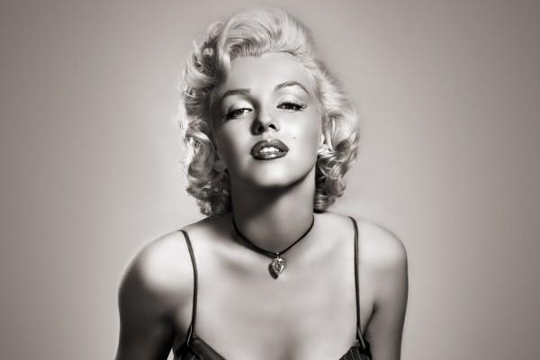 La actriz Marilyn Monroe con un bonito collar