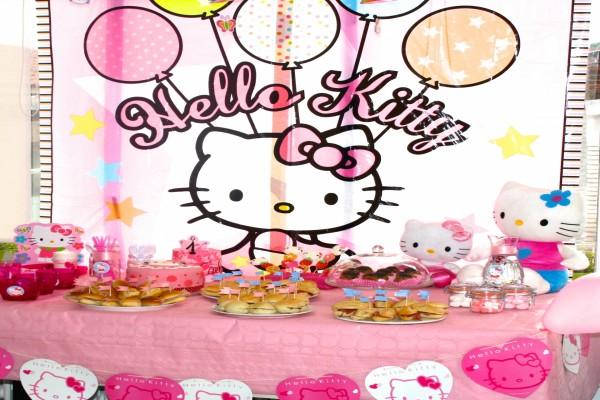Fiesta de cumpleaños con decoración de Hello Kitty