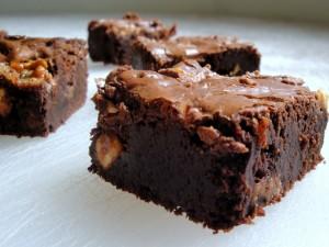 Postal: Brownie jugoso con avellanas