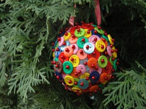 Original bola navideña hecha con botones de colores