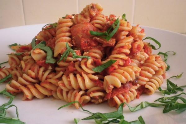 Pasta fusilli con tomate y verduras