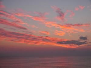 Postal: Nubes sobre el mar al amanecer