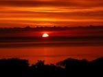 Cielo naranja reflejado en el mar al atardecer