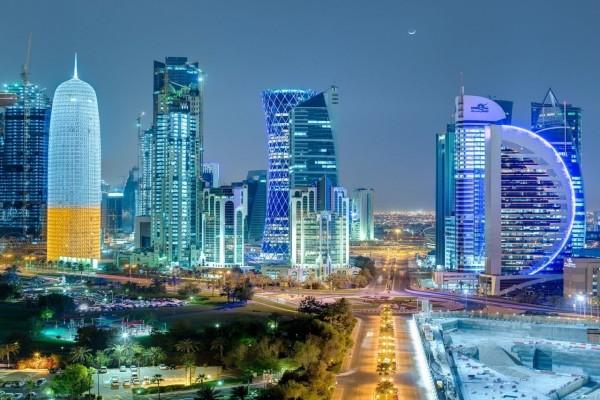 Edificios iluminados en la noche de Doha