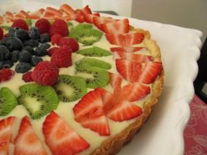Tarta con crema y frutas frescas