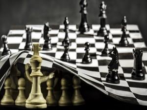Postal: Figuras de ajedrez bajo el tablero