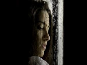 Mirada triste de una mujer en un día de lluvia