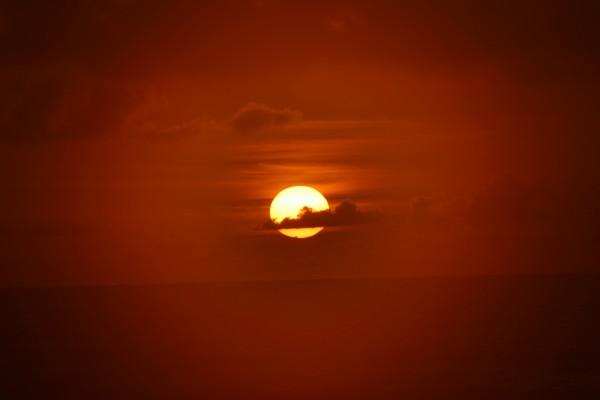 Nube delante del sol al atardecer