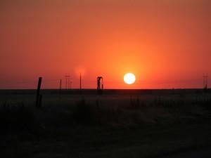 Postal: Gran sol en el cielo naranja
