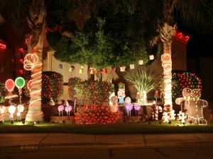 Decoración de Navidad en el jardín de una casa