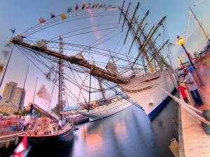 Grandes barcos en un muelle