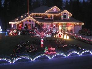 Postal: Jardín y casa decorados para Navidad