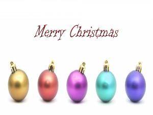 Coloridas bolas y Feliz Navidad