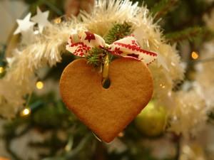 Galleta decorando el árbol de Navidad