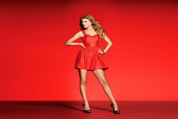 La cantante Taylor Swift con vestido rojo