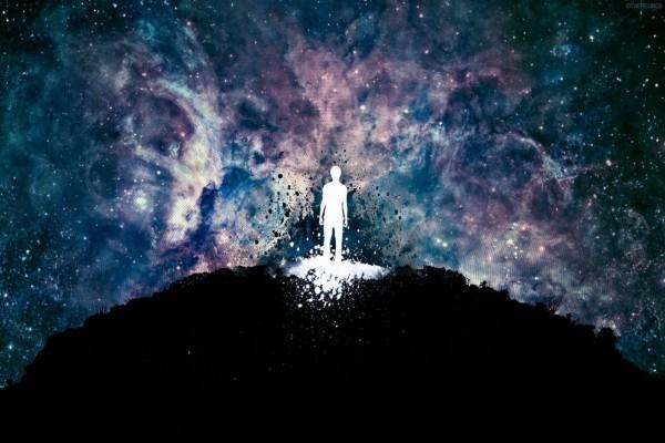 Un hombre en medio del inmenso universo