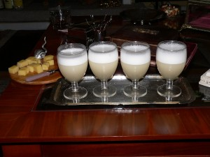 Cuatro copas con Pisco sour peruano