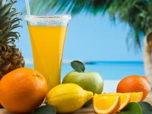 Cóctel con frutas tropicales en una playa
