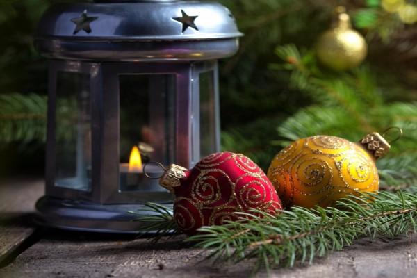 Bolas de Navidad junto a un farolillo encendido